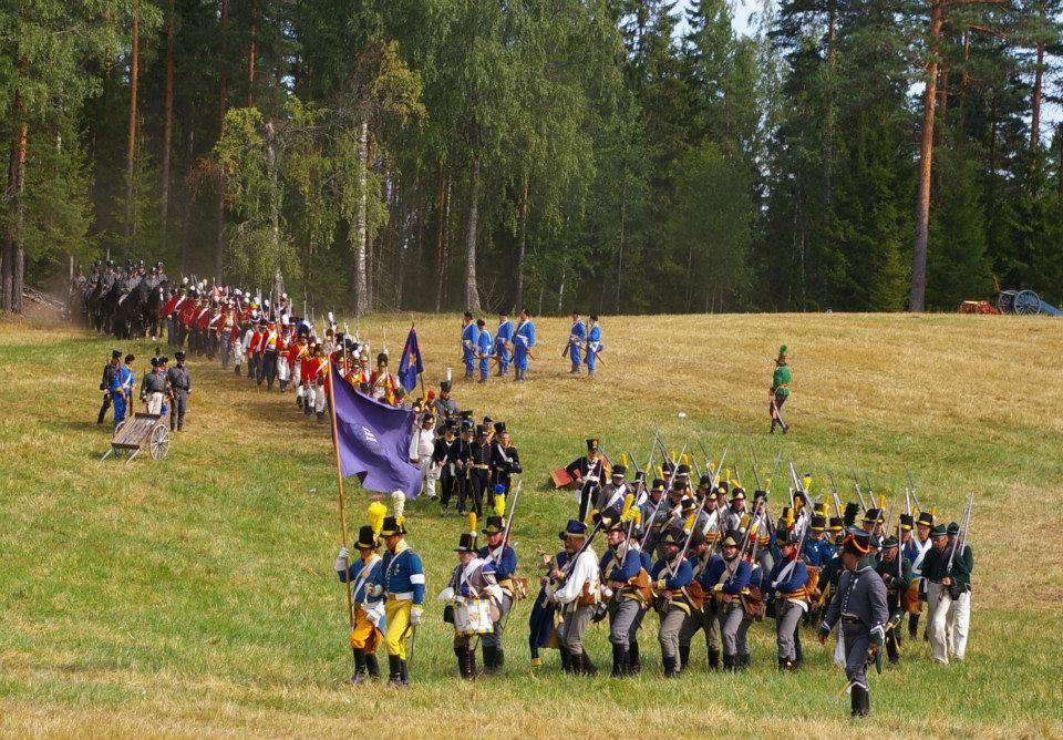 Samtliga soldater marscherar in för att presenteras för publiken